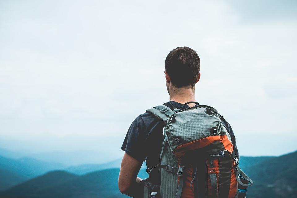 rejsende med rygsæk