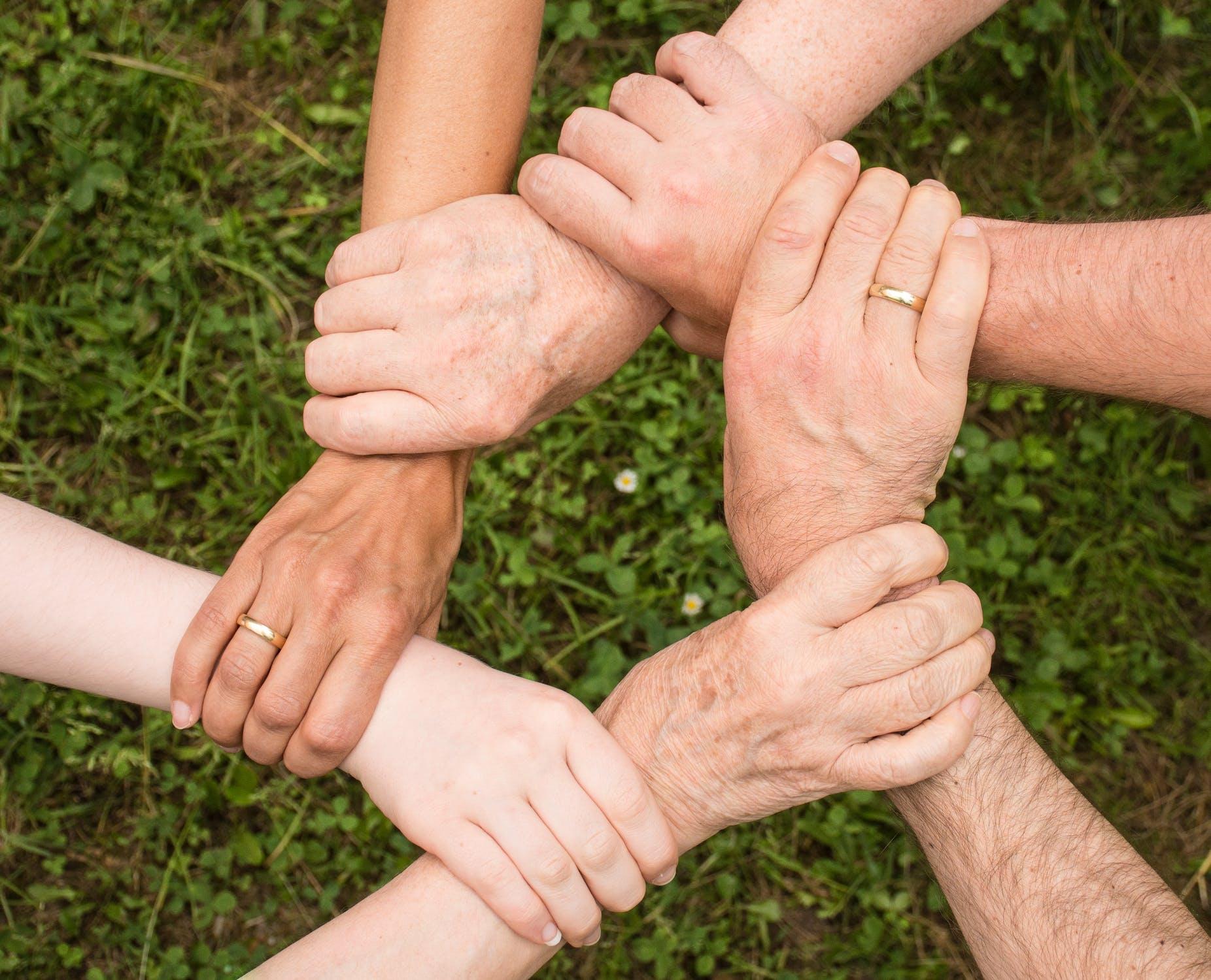 Folk holder fat i andres håndled